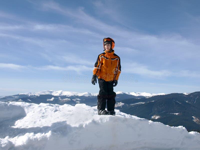 Petit skieur sur une pile de neige photographie stock