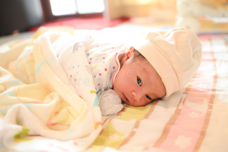 Petit sommeil mignon de bébé garçon image libre de droits