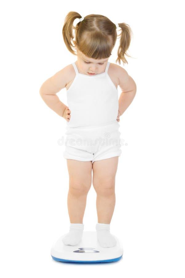 Petit stand drôle de fille sur des échelles image libre de droits