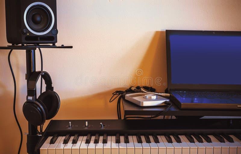 Petit studio audio à la maison image stock