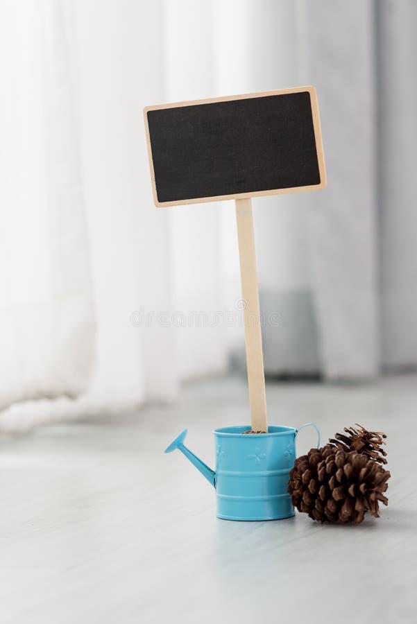 Petit tableau noir vide encadré en bois photographie stock libre de droits