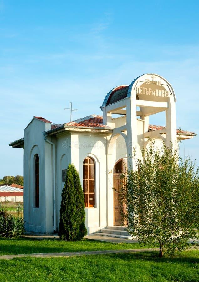 Petit temple chrétien dans le village de la Bulgarie photo stock