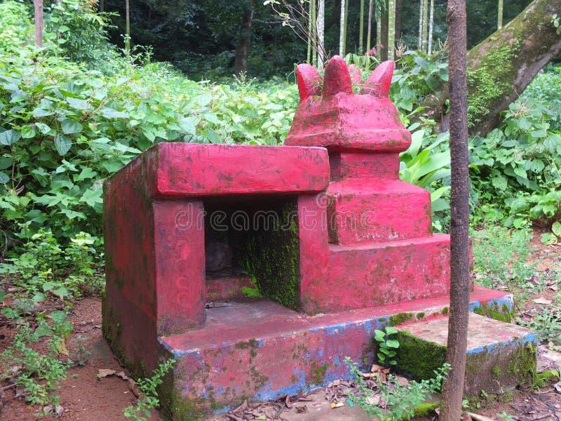 Petit temple de serpent dans un village photos stock