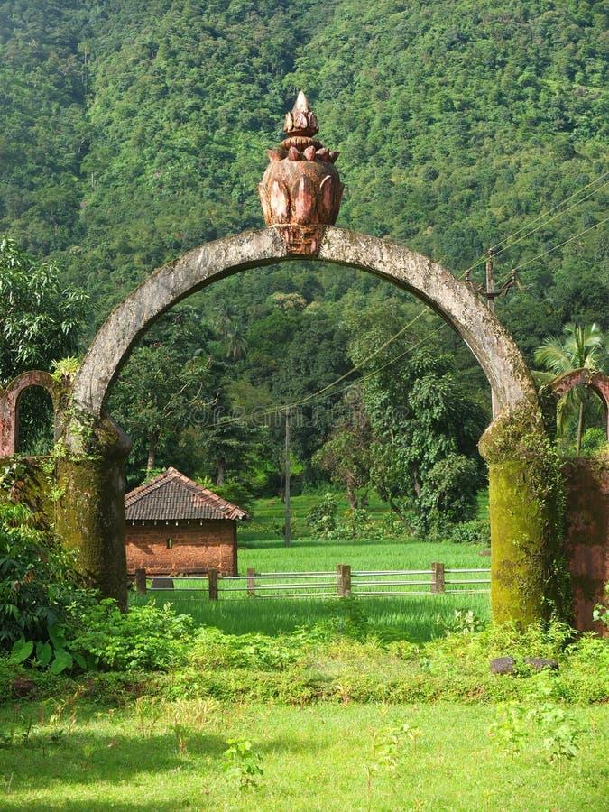 Petit temple de serpent dans un village photos libres de droits