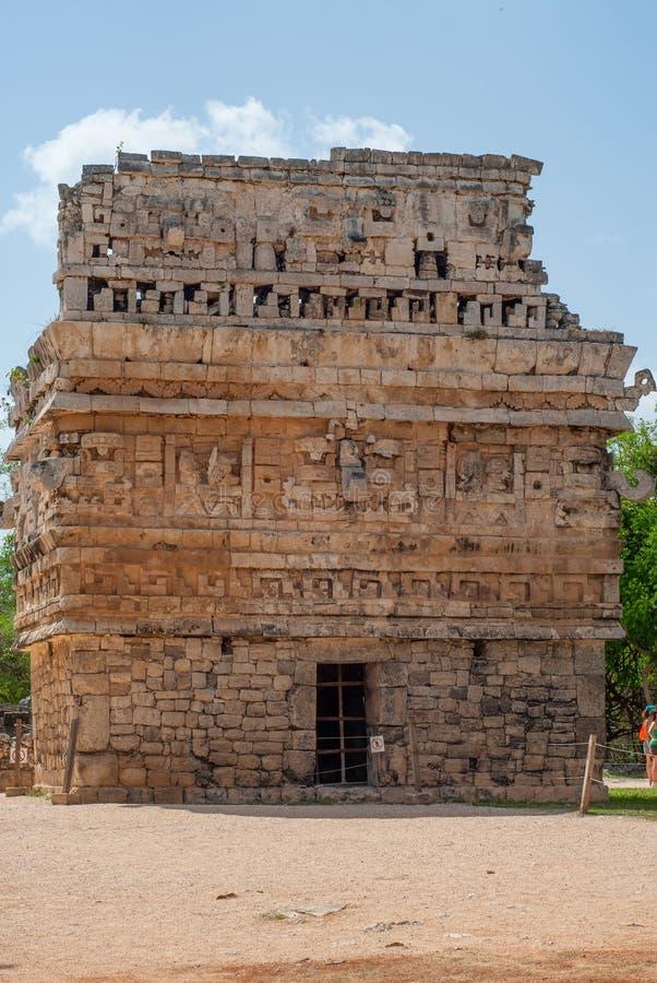 Petit temple maya, orné avec les pierres gravées, dans le secteur archéologique de Chichen Itza photos libres de droits