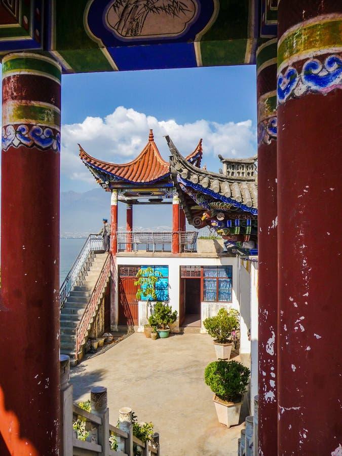Petit temple sur la péninsule de Luoquan dans le lac Erhai image stock