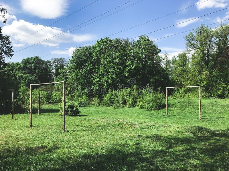 Petit terrain de football dans la forêt photo stock