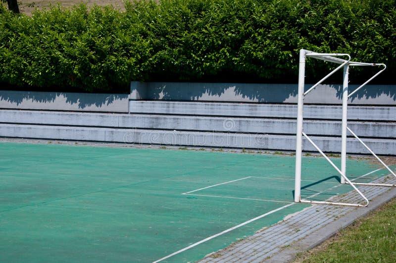 Petit terrain de football dans le jour ensoleillé en Italie photos libres de droits