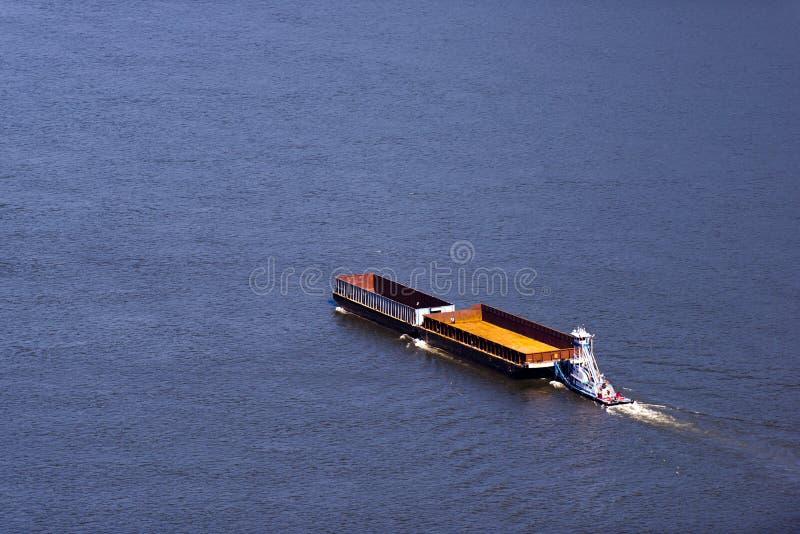 Petit towboat poussant deux péniches vides sur la large rivière images libres de droits