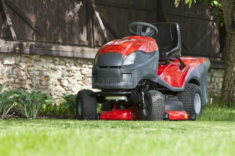 Petit tracteur pour couper la pelouse photo stock