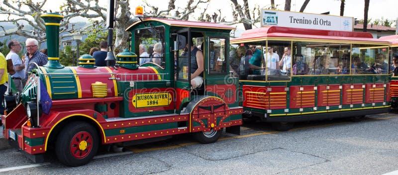 Petit train de touristes en Orta San Giulio, Pidmont, Italie image libre de droits