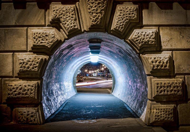 Petit tunnel pour la promenade sous la route la nuit, Budapest, Hongrie images stock