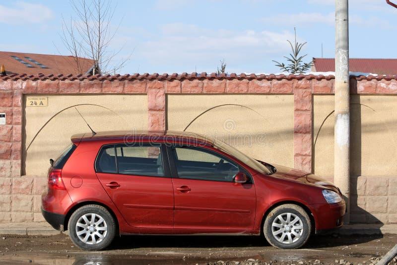 Petit véhicule rouge de berline avec hayon arrière images stock