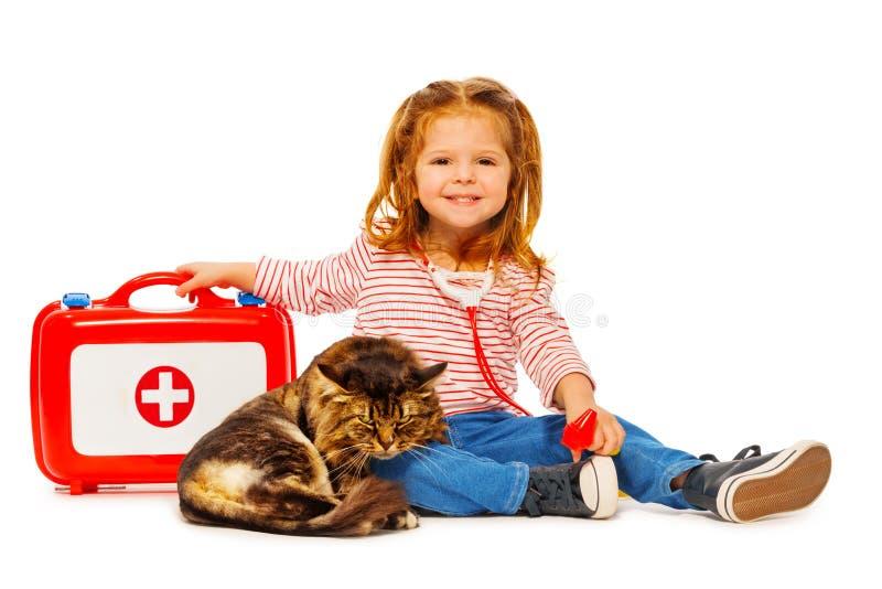 Petit vétérinaire avec la boîte de médecine traitant le chat photos libres de droits