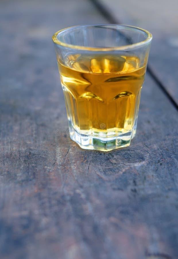 Petit verre à liqueur de boisson alcoolisée photographie stock libre de droits