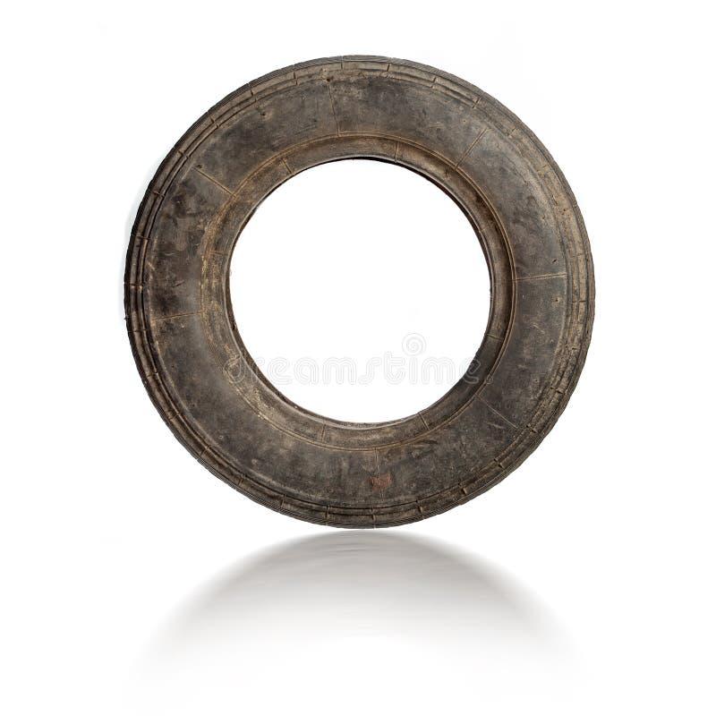 Petit vieux pneu sale d'isolement photo stock