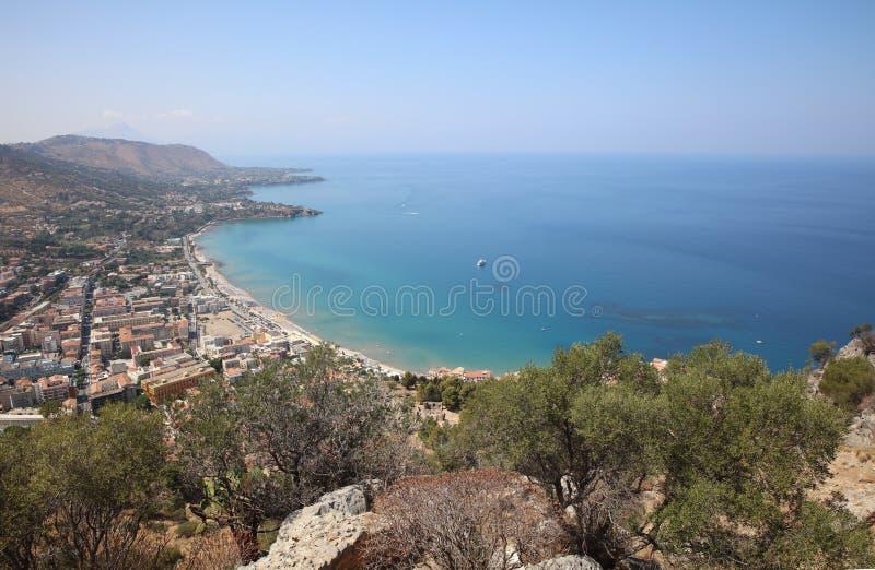 Petit village Cefalu sur la Sicile images libres de droits