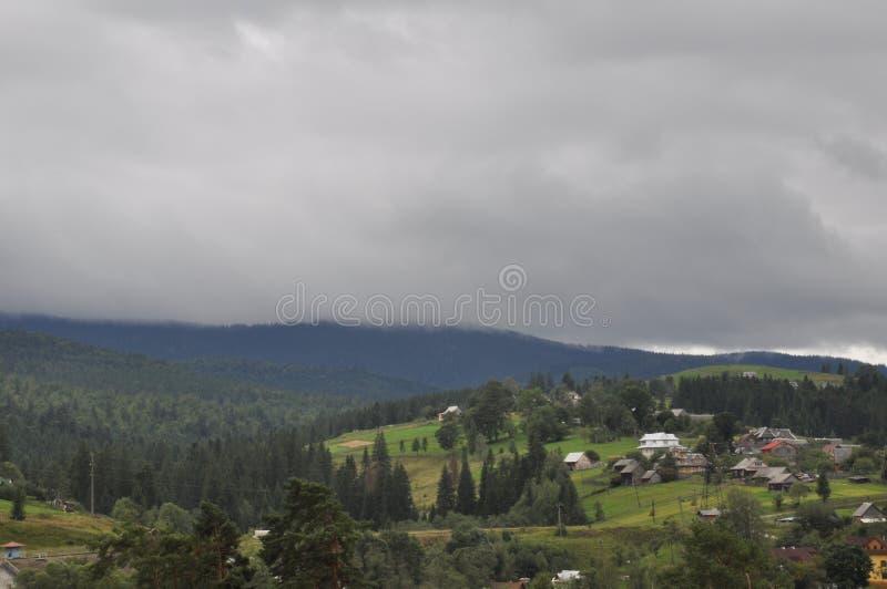 Petit village dans la montagne Chambres, annexes et champs images libres de droits
