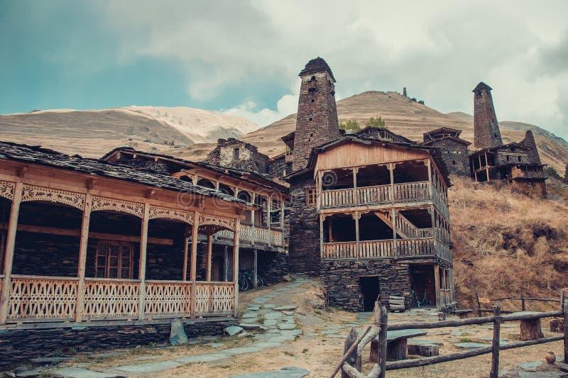 Petit village Dartlo avec les bâtiments en pierre traditionnels et les tours défensives dans Tusheti Vacances d'aventure Voyage v photographie stock libre de droits