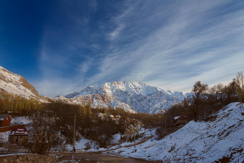 Petit village de montagne images stock