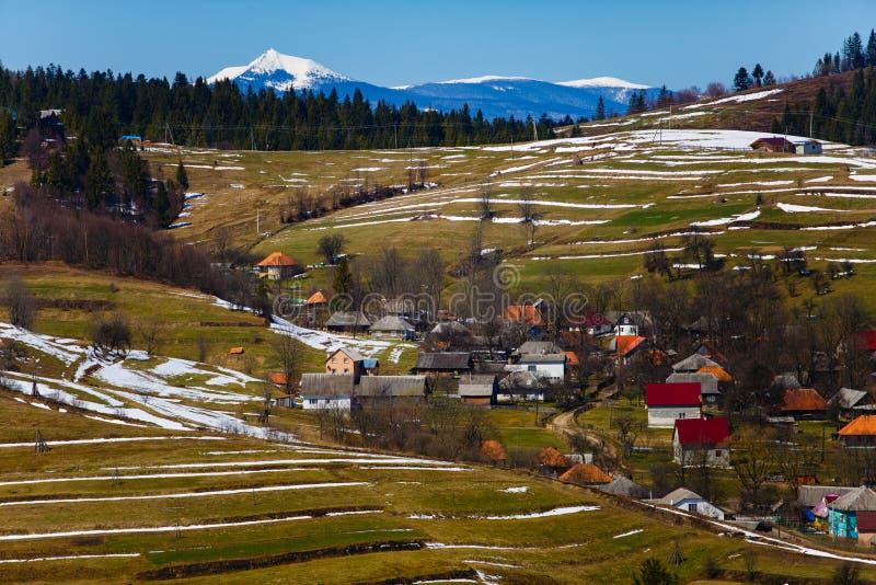 Petit village en montagnes Horizontal de source Paysage ensoleillé photographie stock