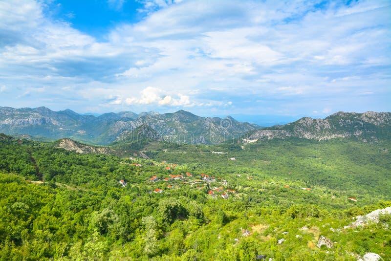 Petit village entouré par des forêts et des montagnes photographie stock libre de droits