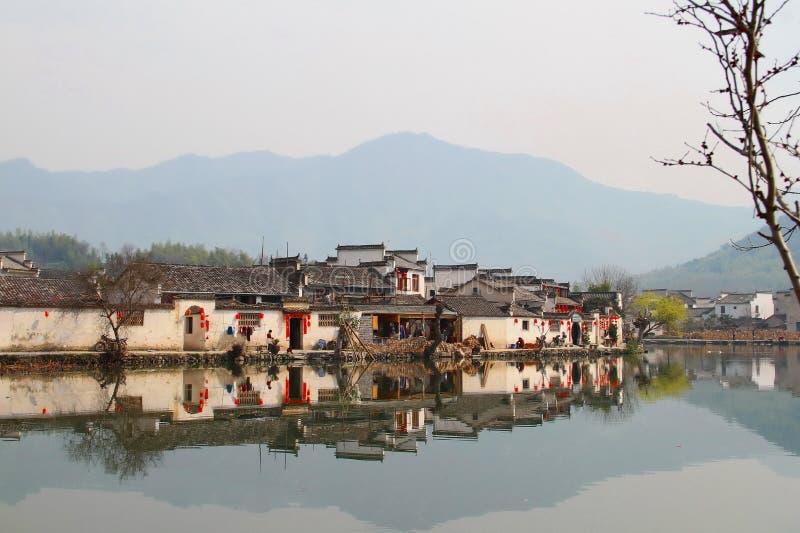 Petit village près des montagnes photographie stock