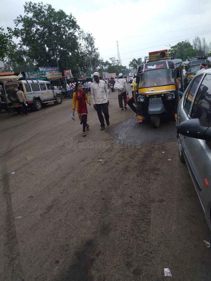 Petit village& x27 ; routes de s et véhicules de personnes petits comme le trois-roues et la voiture à quatre roues image stock