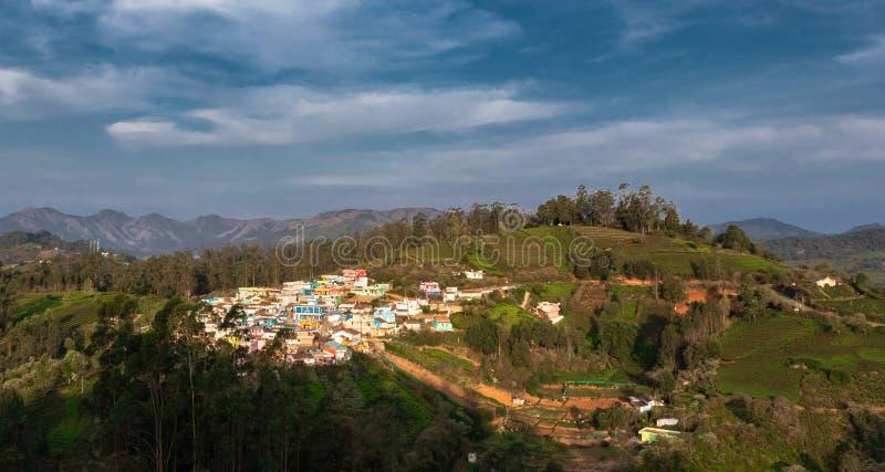 Petit village sur le dessus de colline avec la forêt verte de ghat occidental photo libre de droits