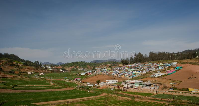 Petit village sur le dessus de colline avec la forêt verte de ghat occidental images libres de droits