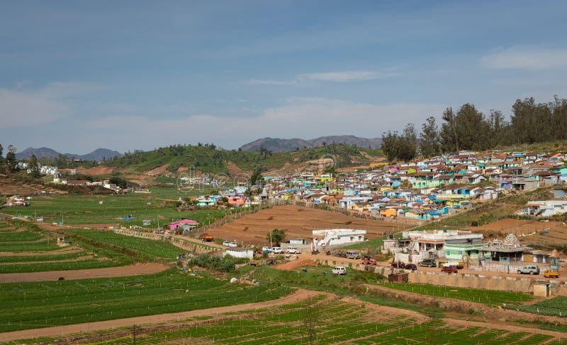 Petit village sur le dessus de colline avec la forêt verte de ghat occidental photographie stock libre de droits