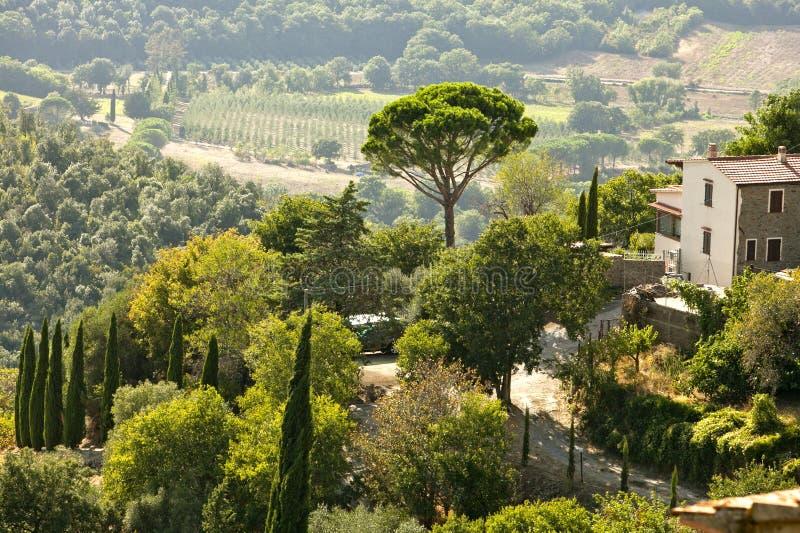 Petit village sur une pente en Toscane en Italie photos stock