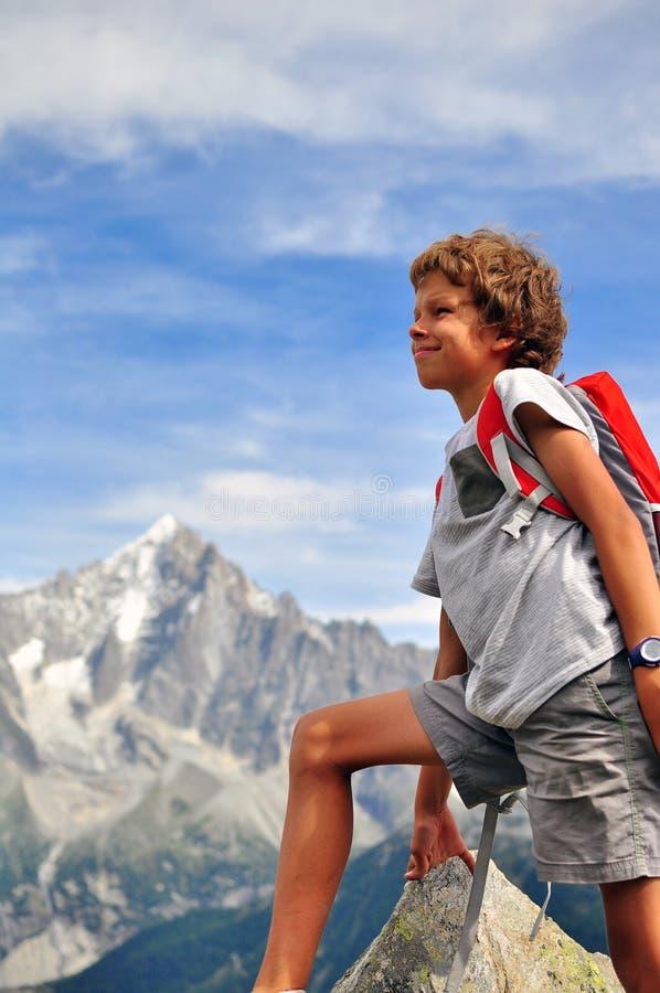 Petit voyageur en montagnes photo stock