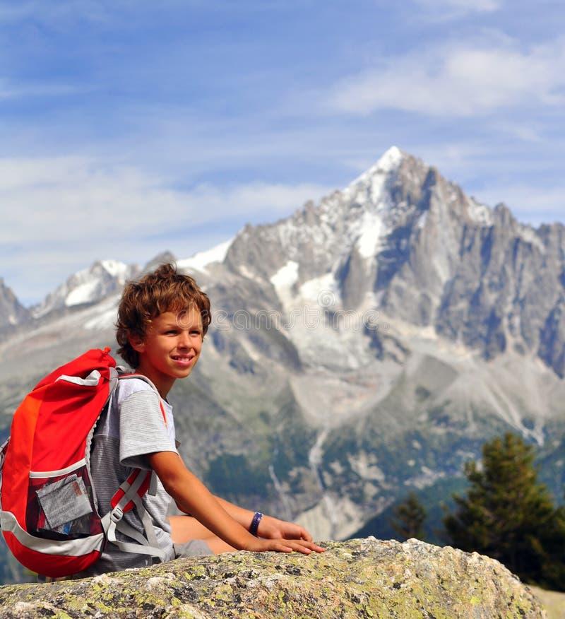 Petit voyageur en montagnes photographie stock