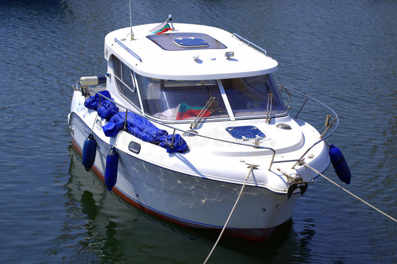 Petit yacht accouplé images libres de droits
