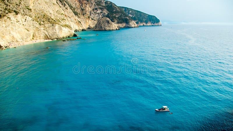 Petit yacht ancré à la plage de Porto Katsiki sur l'île de Leucade photographie stock
