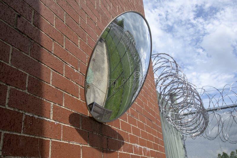 Petit yard d'exercice reflété dans le miroir de sécurité photo libre de droits