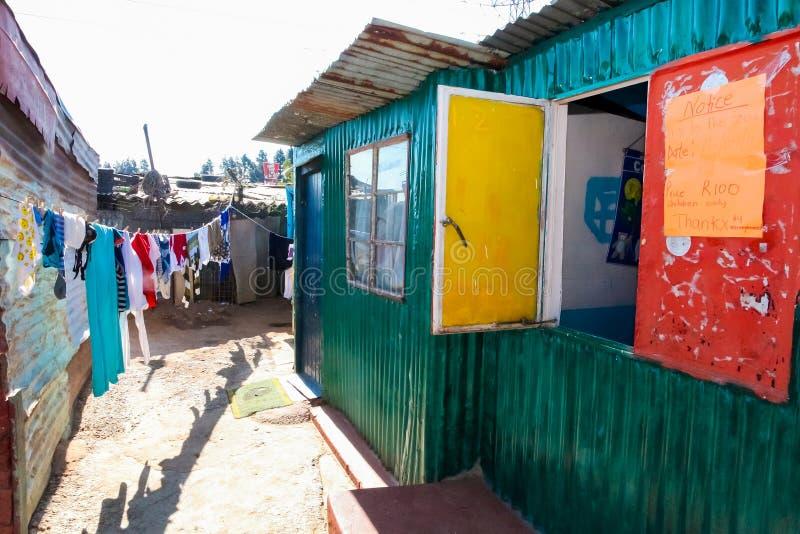 Petite école maternelle de garde de garderie dans le voisinage suburbain de Soweto photos libres de droits