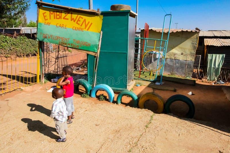Petite école maternelle de garde de garderie dans le voisinage suburbain de Soweto photographie stock libre de droits