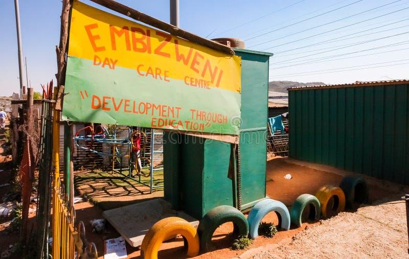 Petite école maternelle de garde de garderie dans le voisinage suburbain de Soweto photo libre de droits