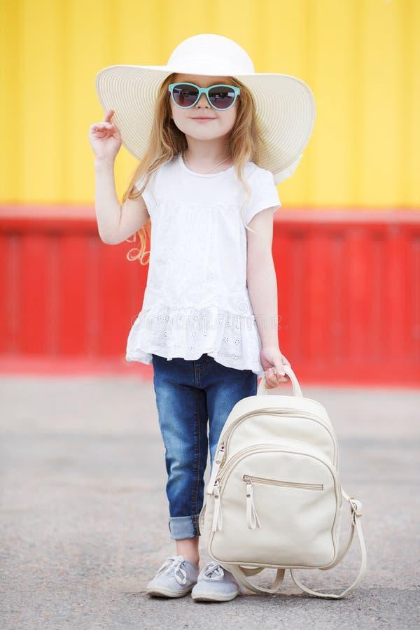 Petite écolière avec un sac à dos blanc images stock