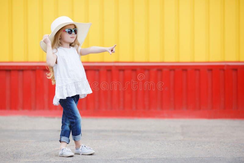 Petite écolière avec un sac à dos blanc photo stock