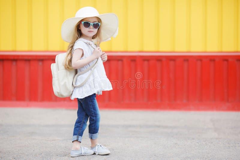 Petite écolière avec un sac à dos blanc photographie stock
