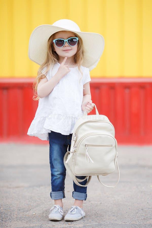 Petite écolière avec un sac à dos blanc image libre de droits