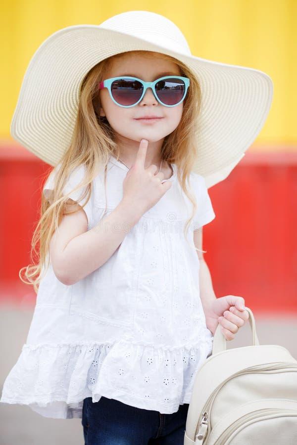 Petite écolière avec un sac à dos blanc image stock