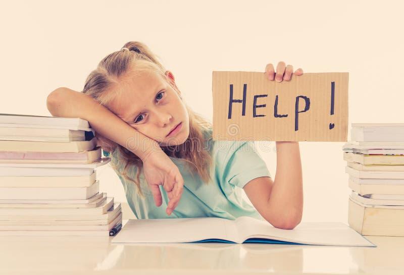 Petite écolière frustrante sentant un échec incapable de se concentrer dans la lecture et écrivant le problème d'étude de difficu photos stock