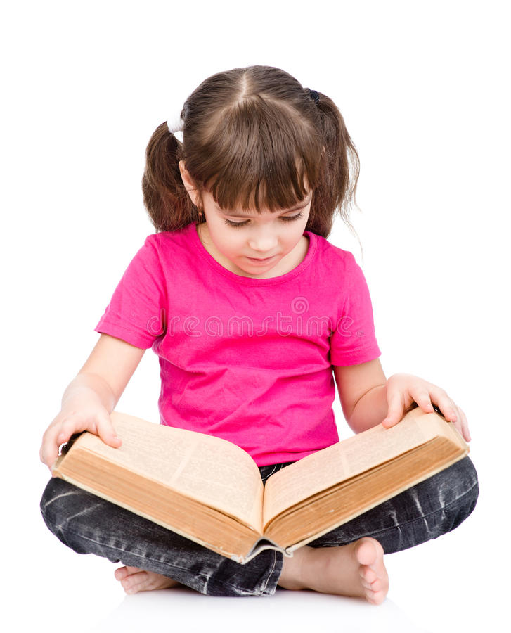 Petite écolière lisant le grand livre D'isolement sur le fond blanc photo stock