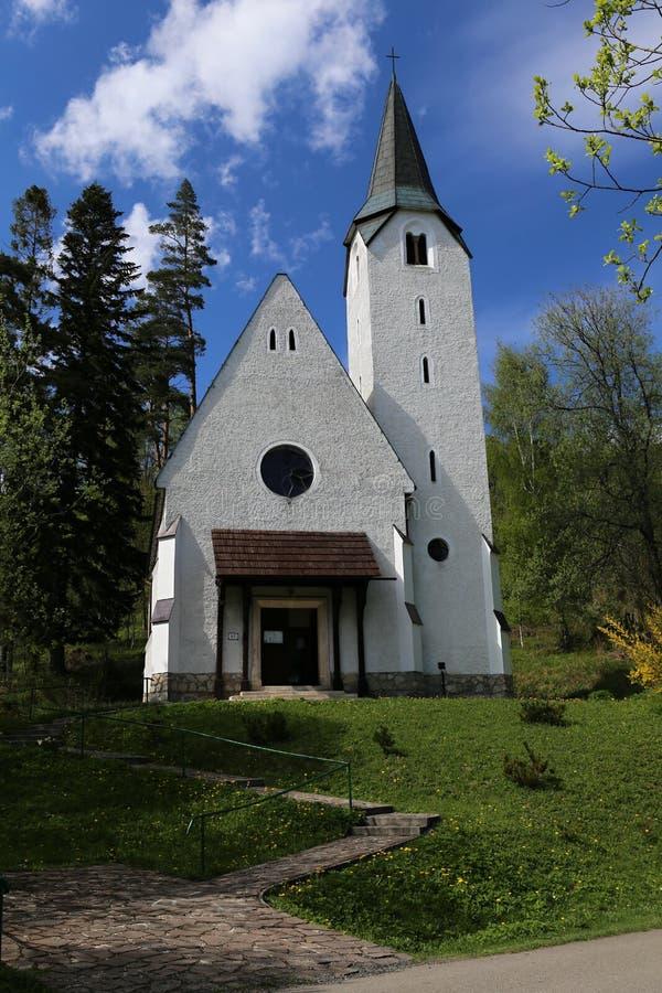 Download Petite église image stock. Image du vieux, arbre, pelouse - 56484783