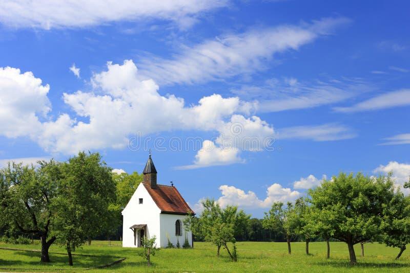 Petite église bavaroise photographie stock libre de droits