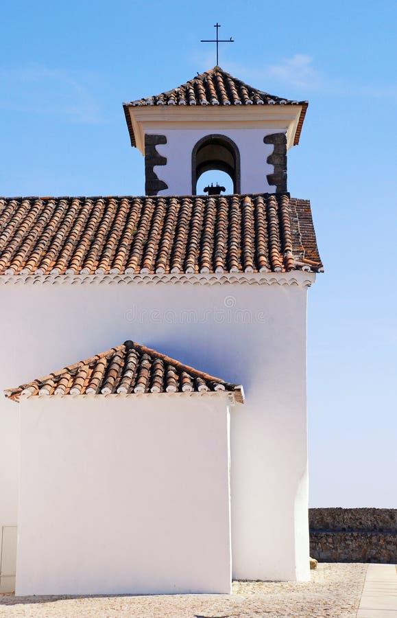 Petite église blanche avec la croix (Portugal) images libres de droits